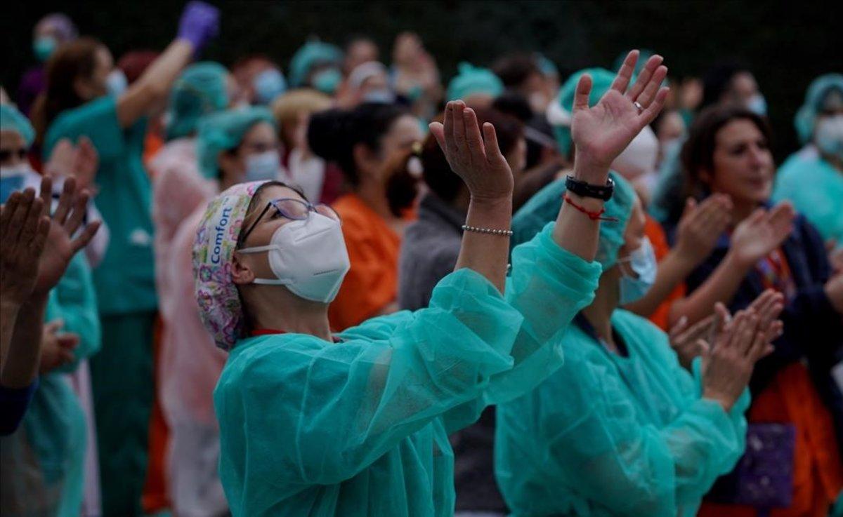 Enfermeras durante los aplausos a sanitarios en el Hospital Gregorio Marañón de Madrid.