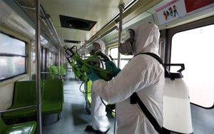 Personal desinfecta el metro de la Ciudad de México por el coronavirus.