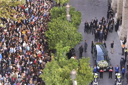 Cortejo fúnebre de Cayetana de Alba, con hijos, nietos y familiares tras el coche que lleva el féretro a la catedral sevillana para oficiar el funeral.