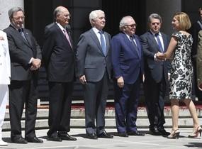 La ministra de Defensa Maria Dolores de Cospedal saluda a Federico Trillo, Eduardo Serra, Gustavo Suarez Pertierra, Julian Garcia Vargas y Narcis Serra.
