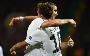 Cristiano abraza a Dybala después del gol que aseguró el triunfo de la Juve