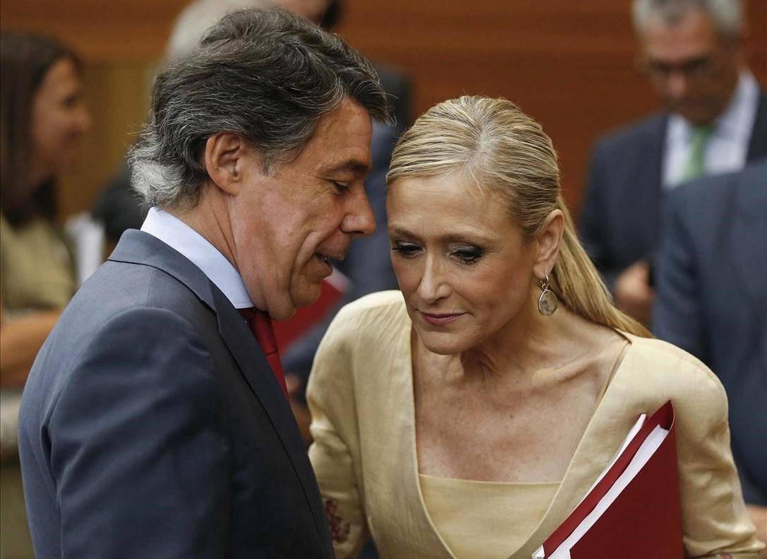 Cristina Cifuentes, entonces candidata a presidir la Comunidad de Madrid, habla con el entonces presidente, Ignacio Gonzalez.