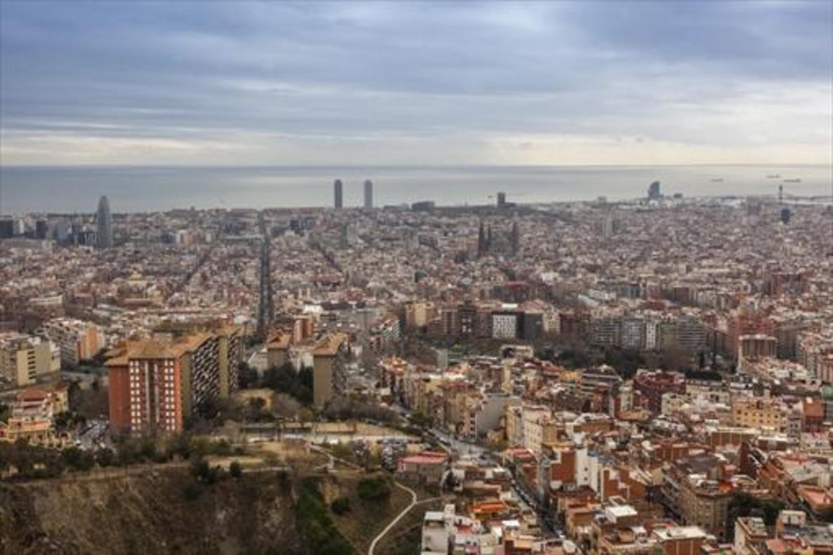Barcelona vista desde el emplazamiento de las antiguas baterías antiaéreas republicanas del Turó de la Rovira, en el Carmel.