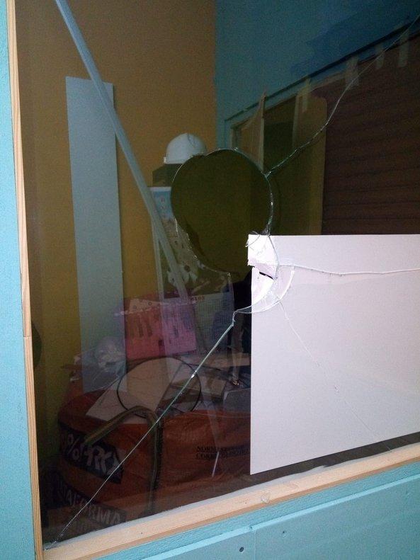 Destrozos provocados por el ataque a un piso colmena en L'Hospitalet