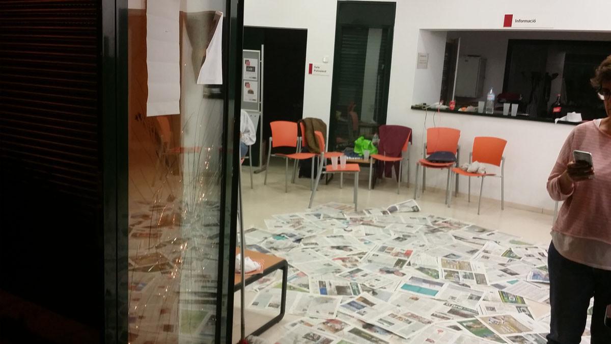 Destrozos que han causado unos ultras contrarios al referéndum en el centro cívico Espai Putxet.
