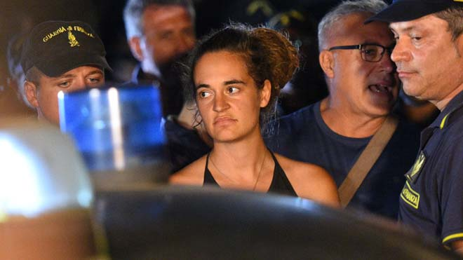 Detenida la capitana del Sea Watch tras atracar sin permiso en Lampedusa.