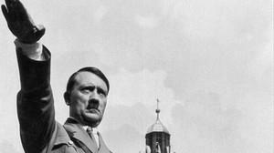 El dictador alemán Adolf Hitler haciendo el saludo nazi en el Congreso del Partido Nazi.