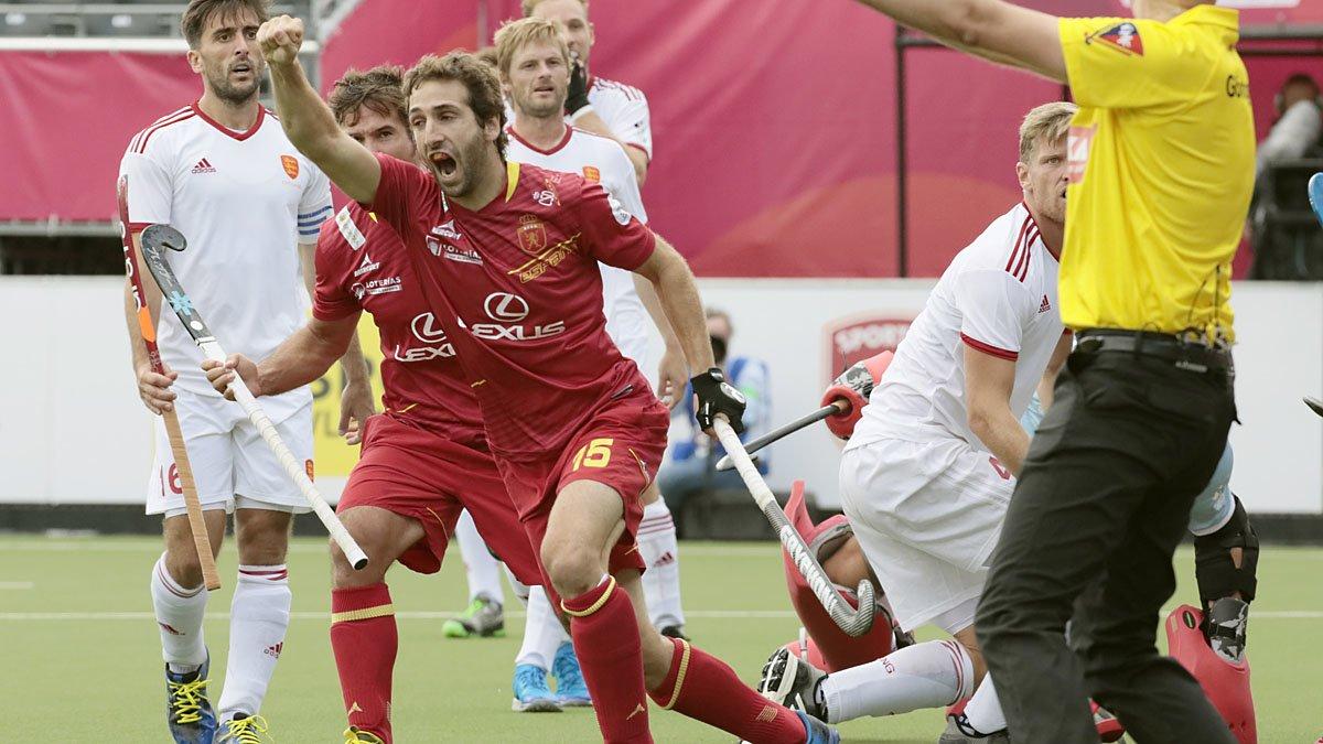Diego Arana celebra el segundo gol del equipo español ante Inglaterra