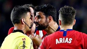 Diego Costa protesta por su expulsión en la cara de Gil Manzano.
