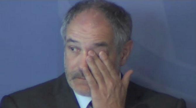 El director deportivo del club, Andoni Zubizarreta, no puede evitar emocionarse en el homenaje a Tito Vilanova.