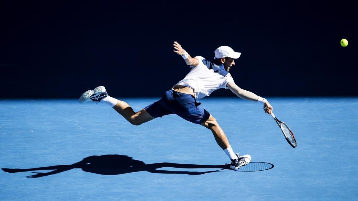 Djokovic devuelve un golpe de revés en el partido de su debut en Australia