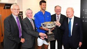 Djokovic posa con Emerson, Rosewall, Sedgman y Laver (de izquierda a derecha) en una imagen de leyendas del tenis.