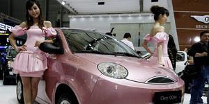 Dos chicas junto al vehículo chino Chery, en el salón de Shanghái del 2009.