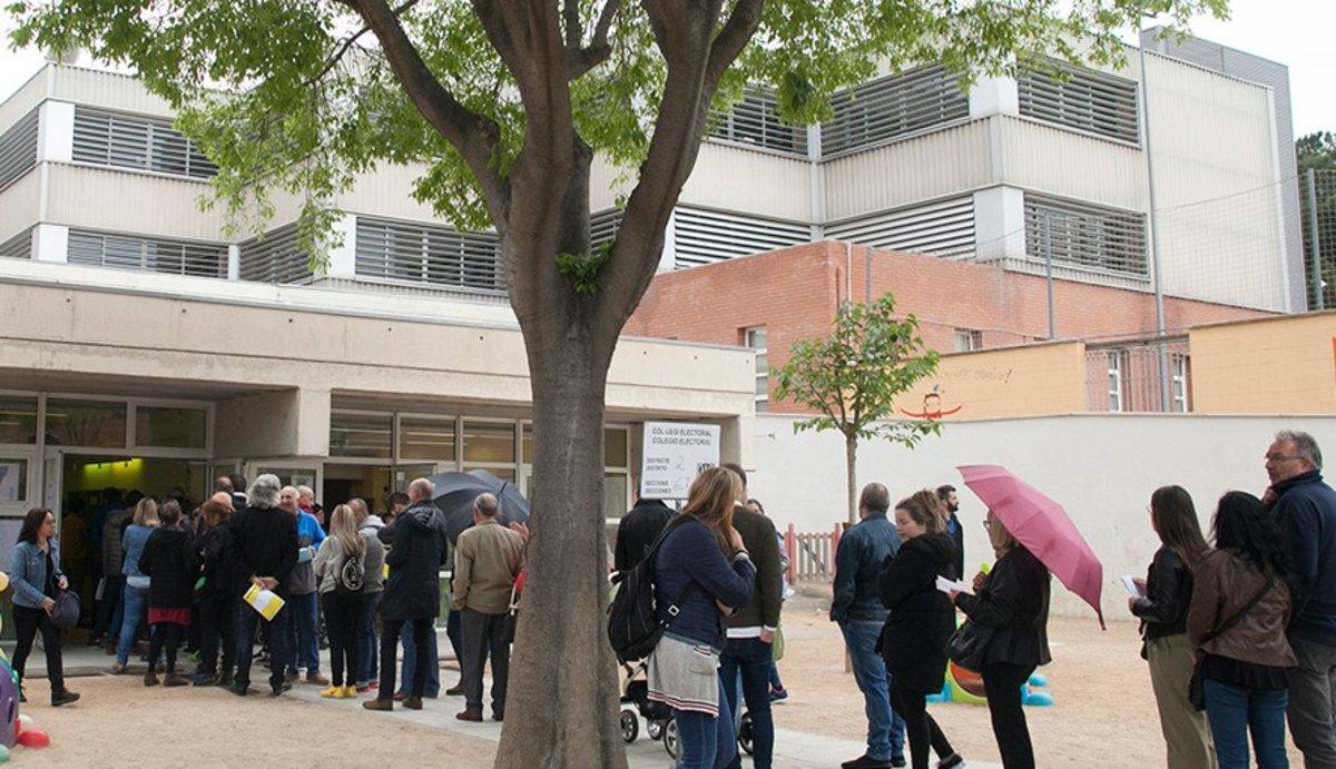 Vecinos de Parets haciendo cola para votar.
