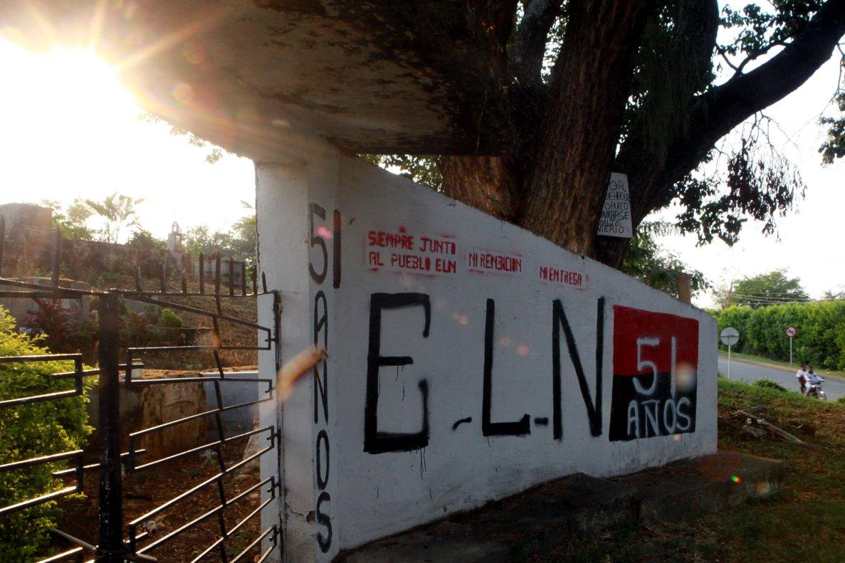 El ELN negocia la paz pero muchos de sus miembros se resisten a dejar las armas y siguen sembrando muerte y violencia en el país sudamericano.