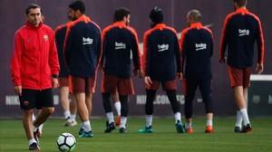 Ernesto Valverde, en el enttrenamiento de hoy, previo a la visita del Villarreal al Camp Nou.