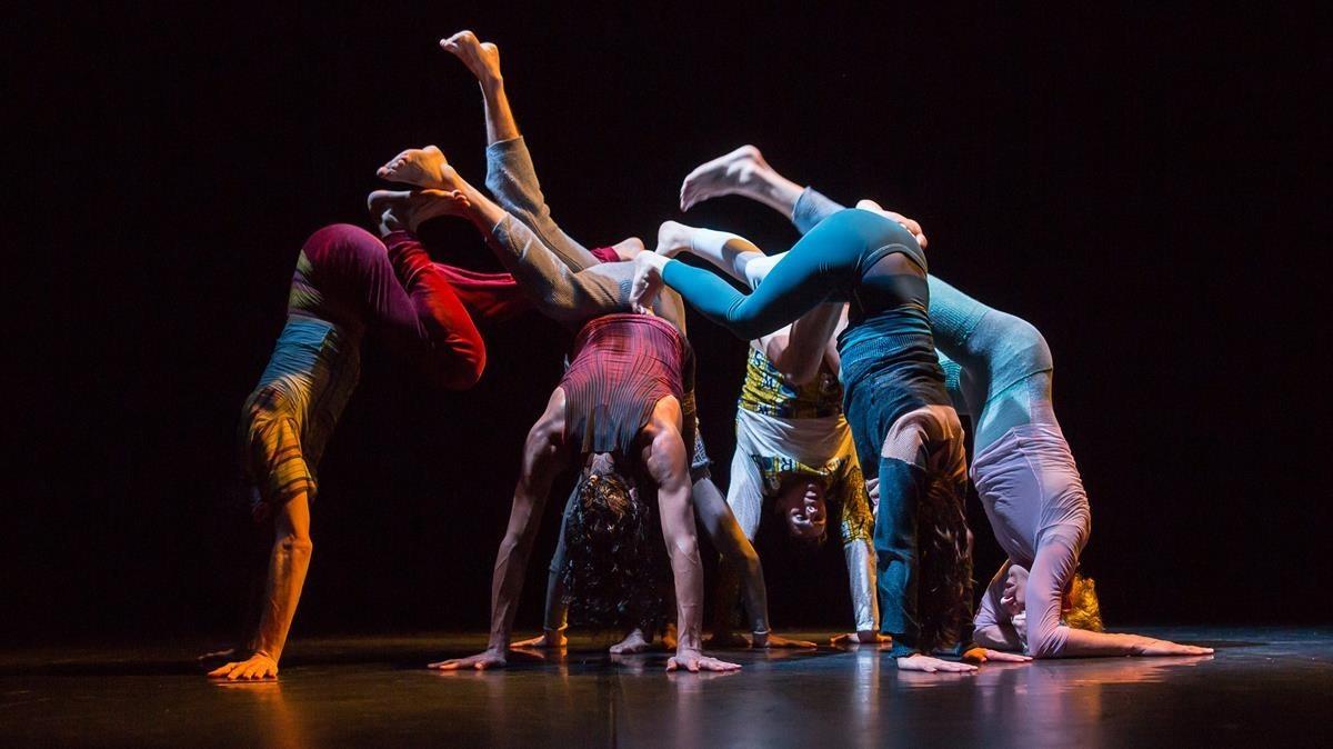Hauert y los bailarines de su compañía en una escena de Inaudible que a partir del jueves recalaen el Mercat de les Flors.