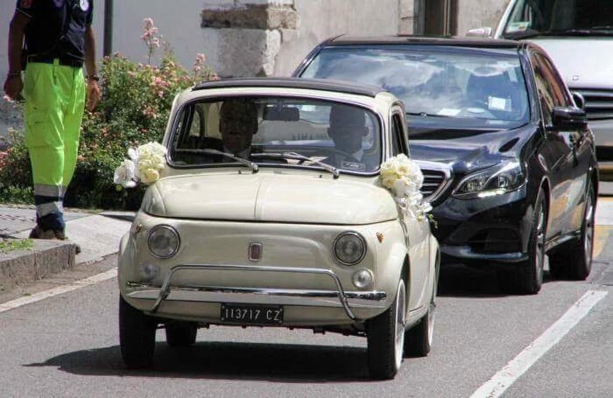 Etoo, a su llegada a la iglesia donde se casó, conduciendo un Fiat Cinquecento.