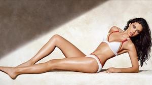 Adriana Lima posa en biquini para la nueva campaña de Calzedonia para este verano.
