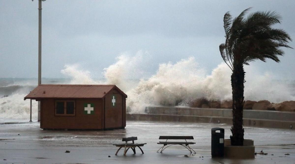 Las olas del temporal también han azotado con fuerza el litoral de la Comunidad Valenciana. En la foto, el paseo Marítimo de Torrevieja (Alicante).