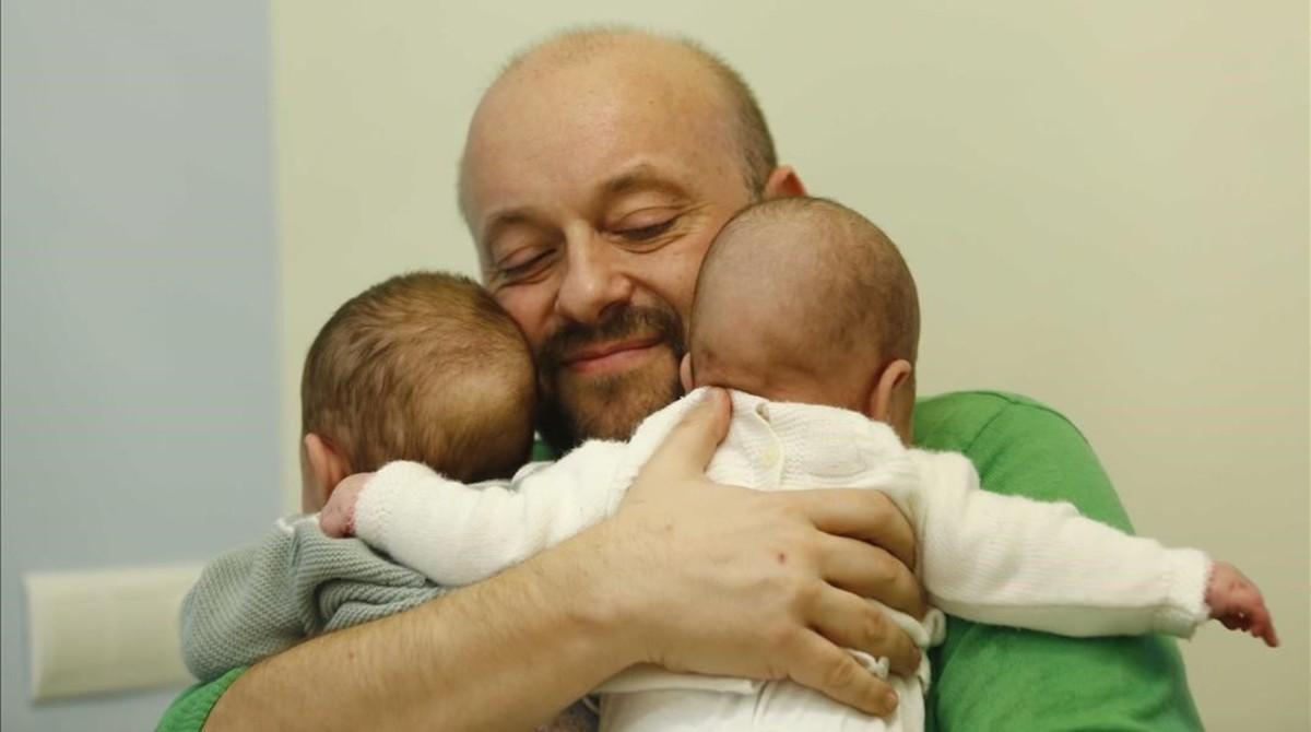 Dionisio Formoso, con sus dos hijas.