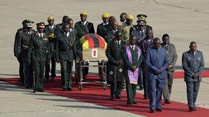 Un féretro con los restos del expresidente de Zimbabwe Robert Mugabe llega desde Singapur al Aeropuerto Internacional Robert Gabriel Mugabe en Harare Zimbabue