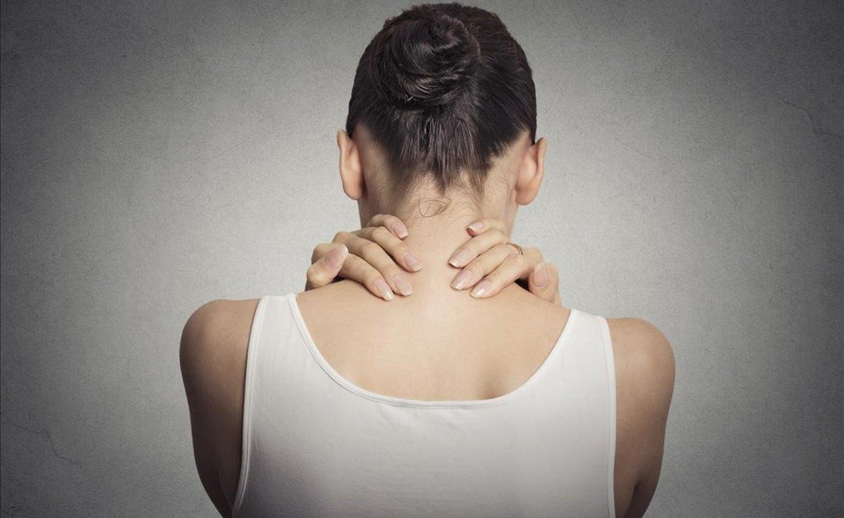 Uma mulher que sofre de dores nas costas.