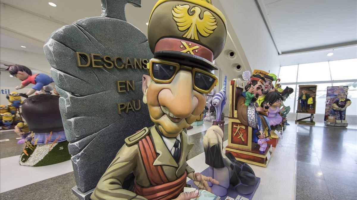 Franco sale de su tumba para devolver las libertades, en un ninot de las Fallas