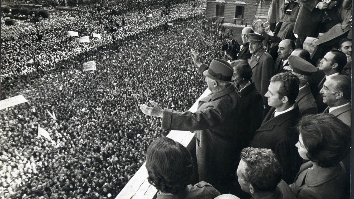Franco saluda a la multitud en la plaza de Oriente, con los entonces príncipes Juan Carlos y Sofía detrás, en una foto de 1970.
