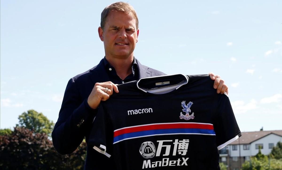 Frank de Boer posa con la segunda camiseta del Crystal Palace en su primera ornada en el club londinense.