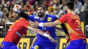 Gedeón Guardiola y Eduardo Gurbindo cierran el paso a Nikola Karabatic.