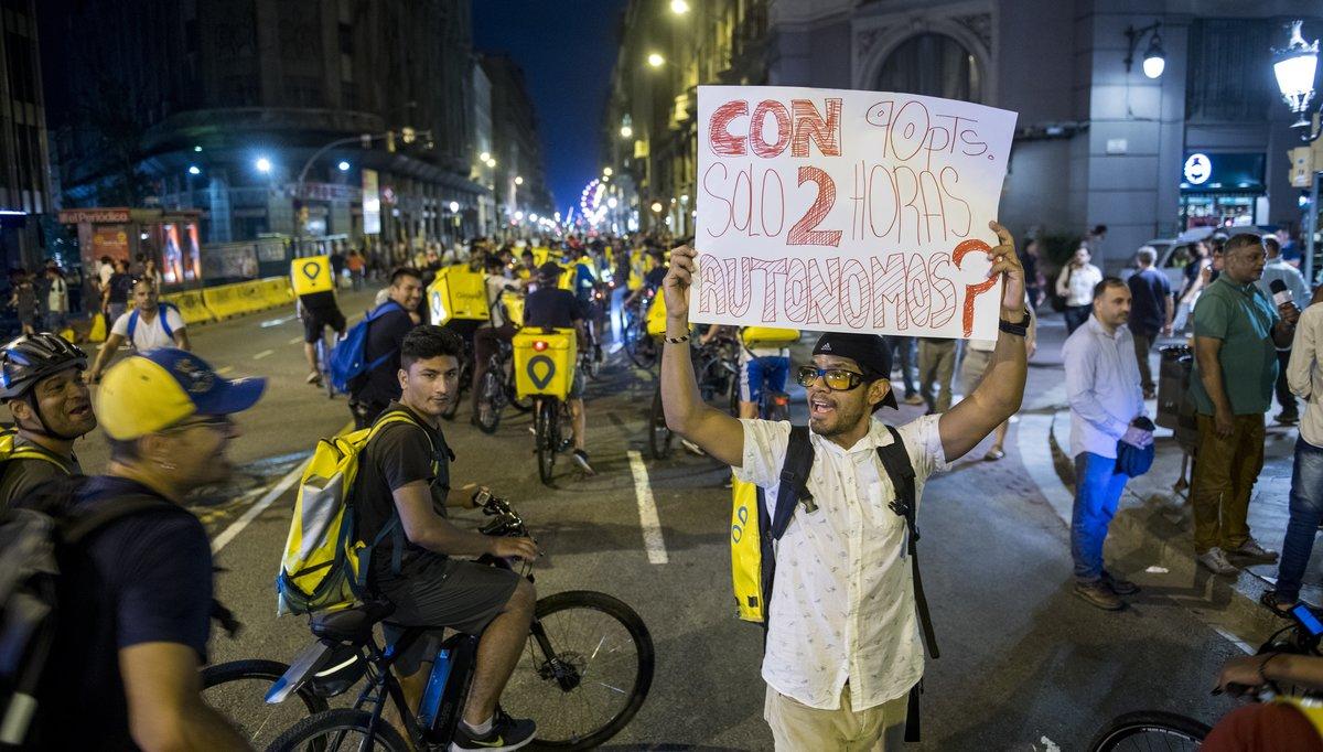 Protesta en Barcelona de repartidores autónomos de una conocida empresa digital de distribución.