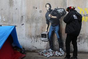 El grafiti de Jobs, a la entrada de un campo de refugiados en Calais (Francia).