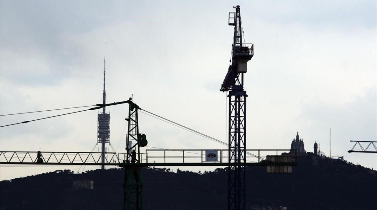 Grúas para la construcción de viviendas en Barcelona.