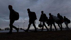Un grupo de migrantes y refugiados caminaen la ciudad turca de Edirne,hacia el paso fronterizo hacia Grecia.