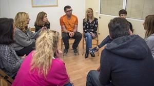 Un grupo de personas en una sesión del programa de reinserción de Proyecto Hombre, el viernes en Barcelona.