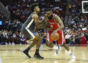 Harden, estrella de los Rockets, intenta superar la defensa de Young en el partido