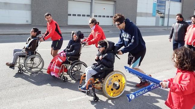 Luis Illán, Alejandra y Álvaro, practican con corredores voluntarios en Terrassa para la Maratón de Barcelona.