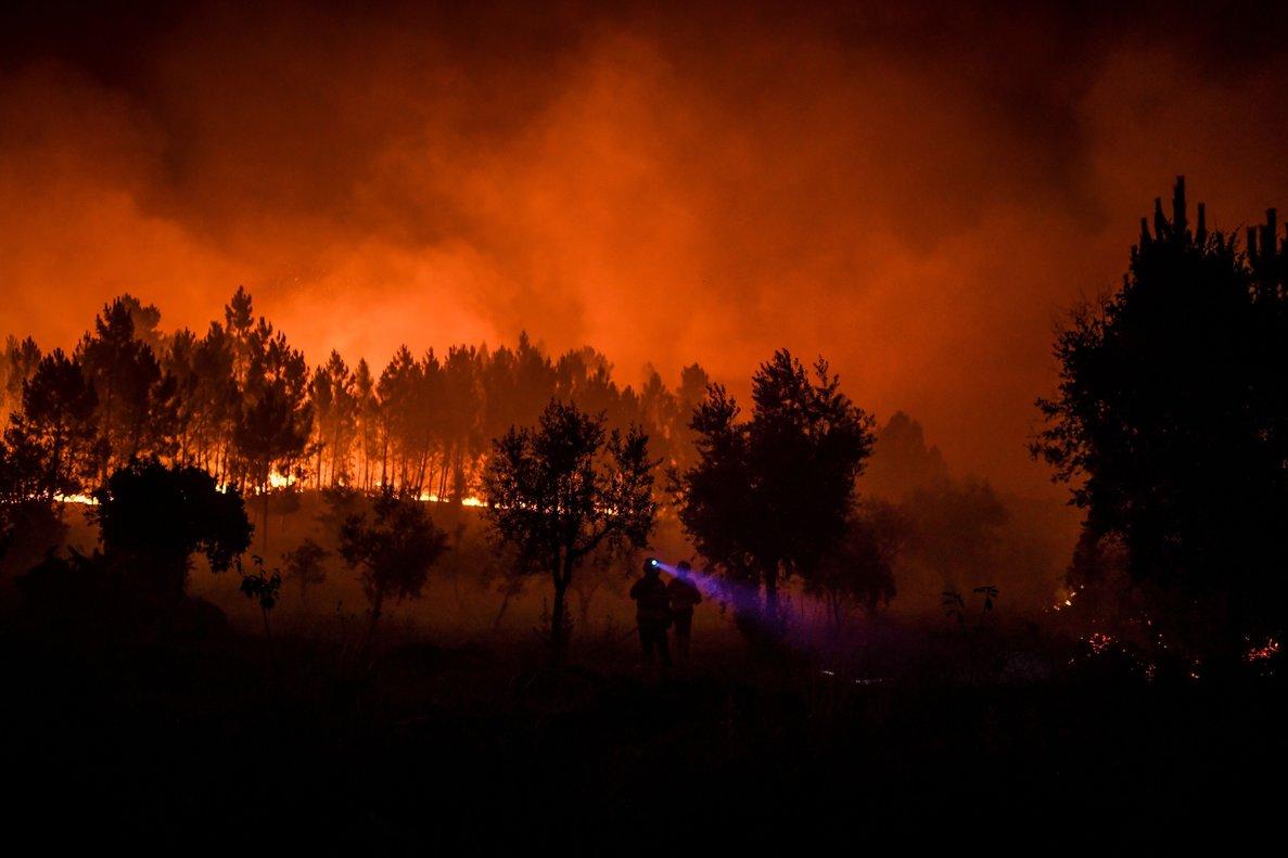 El incendio forestal en Portugal amenaza a la población.