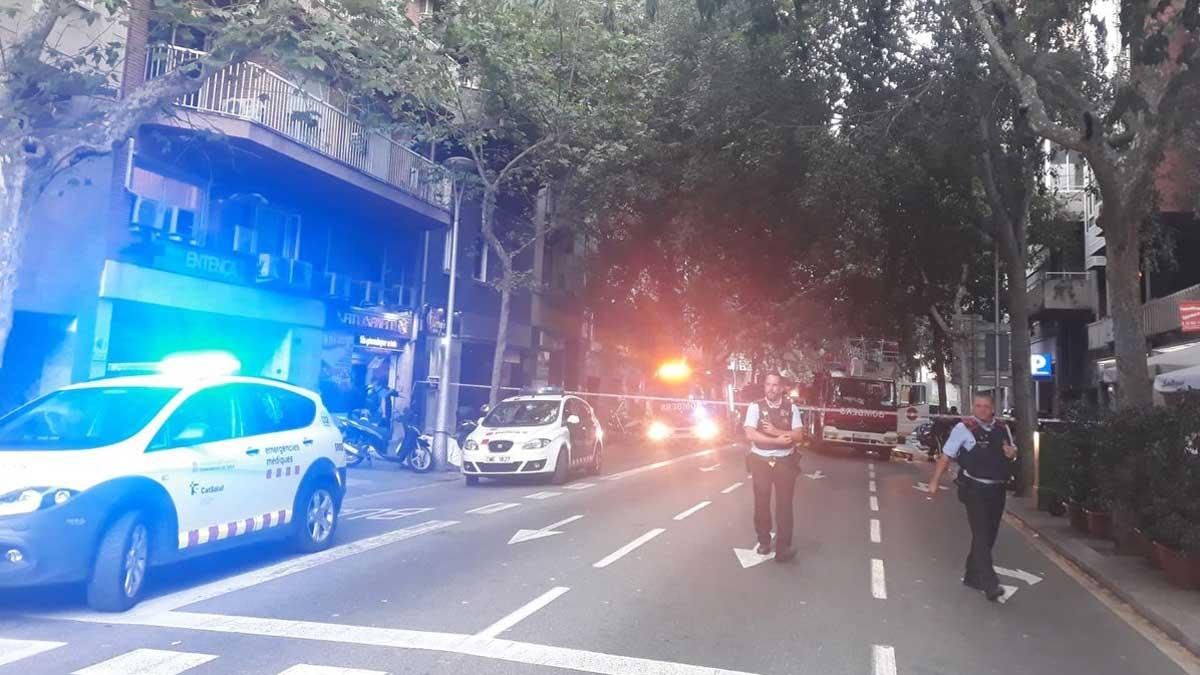 Incendio tras una explosión en un piso de la calle de Entença de Barcelona.
