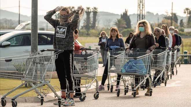 El INE confirma la entrada del IPC en negativo tras situarse en el -0,7%. En la foto, colas en un supermercado en Ibiza.