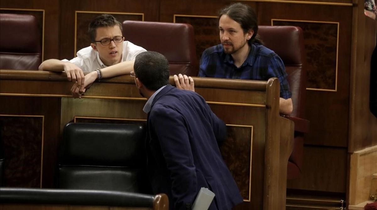 Íñigo Errejón conversa con Sergio Pascual y Pablo Iglesias en el hemiciclo.