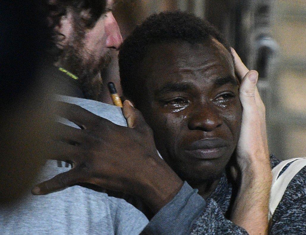 Un inmigrante llora en su despedida de los voluntarios del 'Open Arms'.