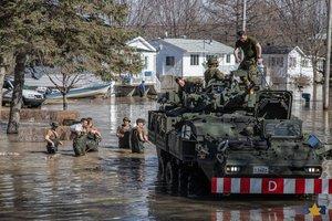 Soldados del Ejército canadiense en labores de ayuda por las inundaciones en Quebec.