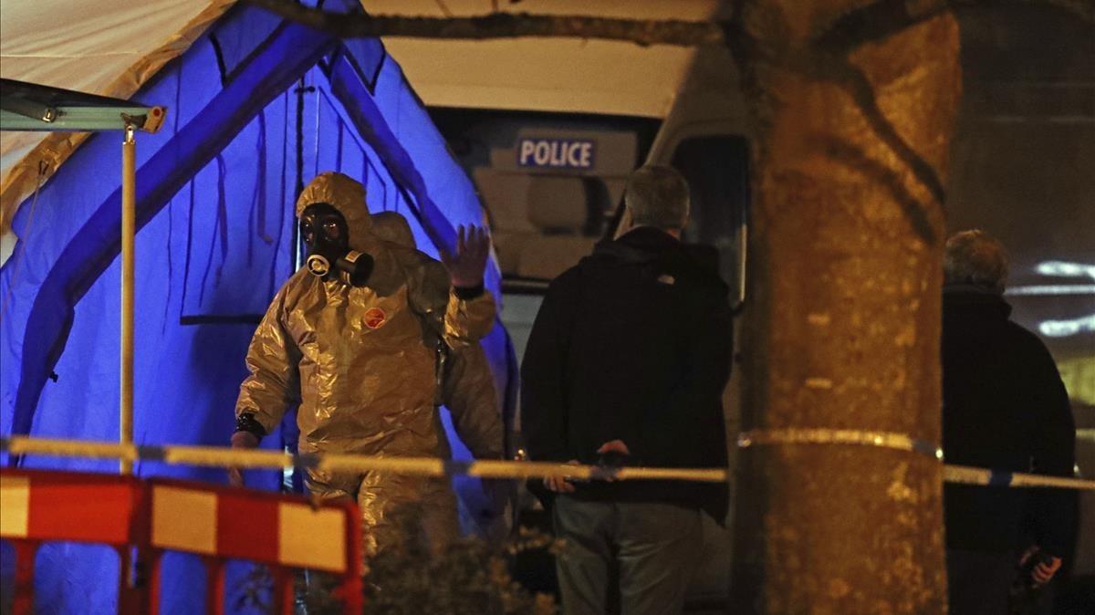 Un agente especial de la policía en la zona donde se produjo el envenenamiento del espíaSergei Skripal y de su hija Yulia.