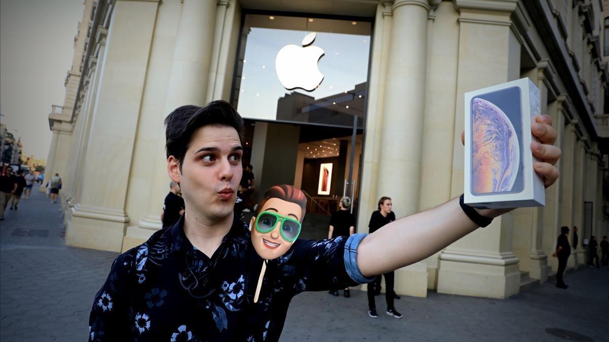 Sergio Díez, el primero afortunado de Barcelona quehan logrado hacerse con el esperado móvily un Apple Watch.