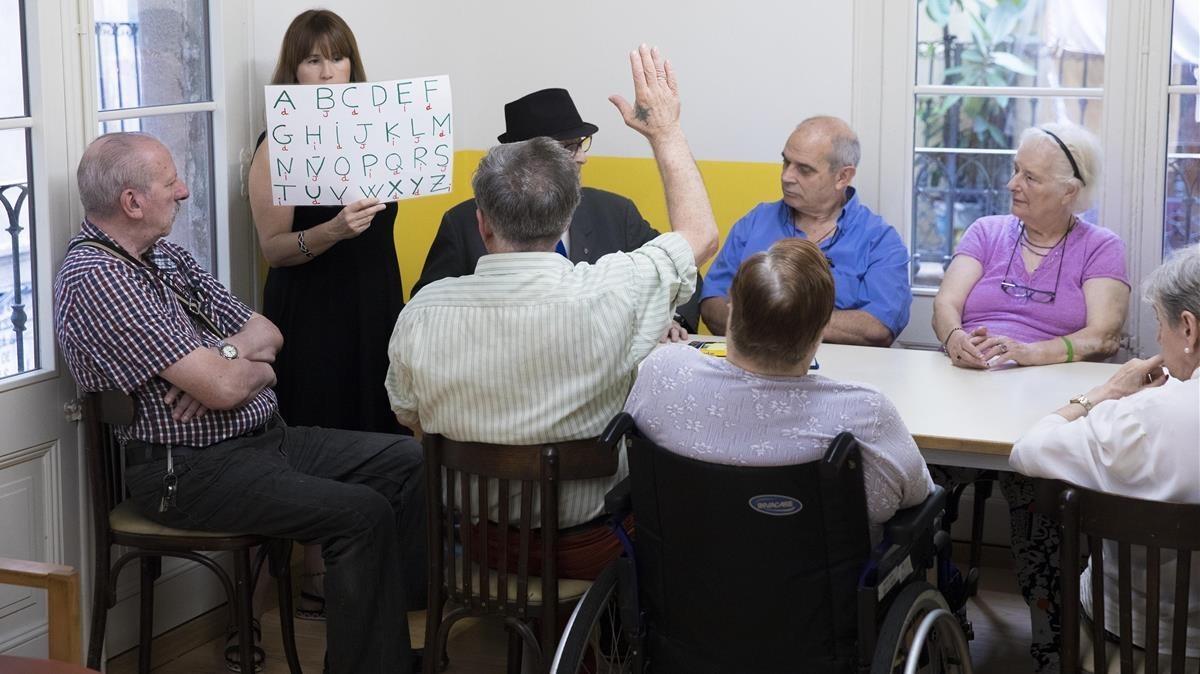 Actividad con personas mayores en el centro Llar la Mercé, en el Gòtic.