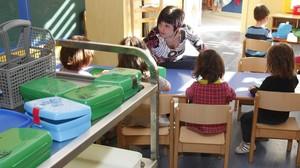 Una mestra parlant amb els seus alumnes a l'escolainfantil pública Petit Príncep, a Manresa.