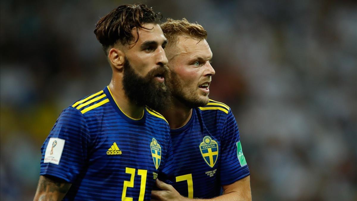 Jimmy Durmaz y Sebastian Larsson, jugadores de Suecia, tras el partido ante Alemania