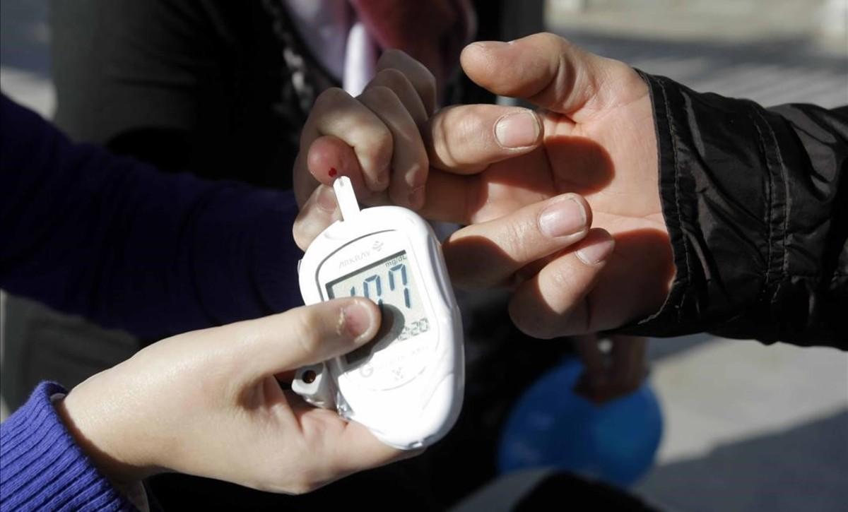 Medidor capilar de glucosa en la sangre, que requiere un pinchazo previo.